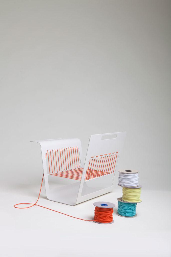 het magazine rek, met 5 rollen elastiek in verschillende kleuren